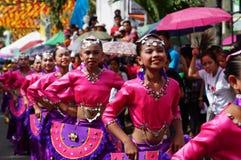 一个小组女性狂欢节舞蹈家以各种各样的服装沿路跳舞 库存图片