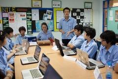 一个小组学生在锻炼的教室 库存照片