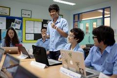 一个小组学生在锻炼的教室 免版税图库摄影