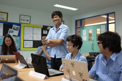 一个小组学生在锻炼的教室 免版税库存照片
