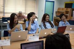 一个小组学生在锻炼的教室 库存图片