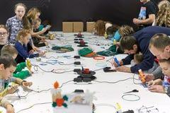 一个小组孩子学会画3D笔 免版税库存图片