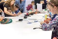 一个小组孩子学会画3D笔 免版税库存照片