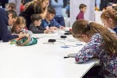 一个小组孩子学会画3D笔 库存照片