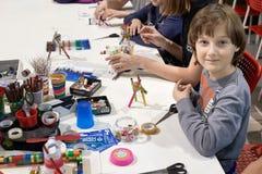 一个小组孩子学会画3D笔 图库摄影