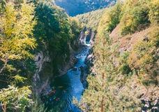 一个小组山河的花岗岩峡谷的运动员皮艇 免版税库存图片