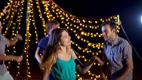 一个小组年轻朋友在舞池上的晚上有效地休息外面 股票视频