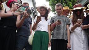 一个小组年轻行家人民站立与他们的智能手机 股票录像