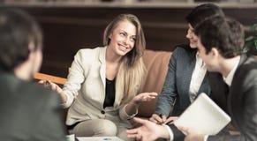 一个小组成功的商人 关于与同事的一个重要问题的讨论 库存照片