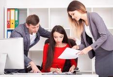 一个小组成功的商人 关于重要c的讨论 免版税库存照片