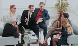 一个小组成功的商人 关于importa的讨论 免版税库存图片