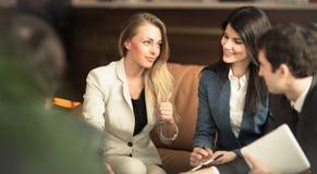 一个小组成功的商人 讨论关于重要办公室 库存图片