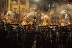 一个小组教士执行Agni梵语的Pooja :火崇拜在Dashashwamedh瓦腊纳西Ghat的-主要和最旧的ghat  库存图片