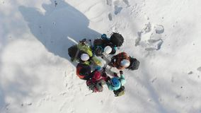 一个小组有背包的登山人和盔甲商谈看地图和检查的指南针并且显示 股票录像