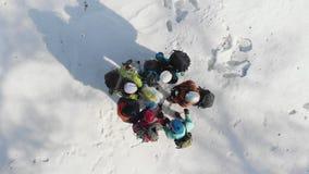 一个小组有背包的登山人和盔甲商谈看地图和检查的指南针并且显示 股票视频