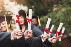 一个小组毕业生庆祝 免版税库存照片