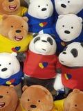 一个小组熊猫在购物中心图象的雕象玩偶 图库摄影