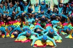 一个小组狂欢节舞蹈家以各种各样的服装在沿街道的欢欣跳舞 图库摄影