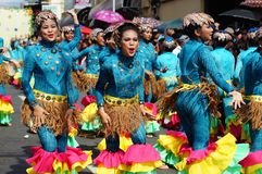 一个小组狂欢节舞蹈家以各种各样的服装在沿街道的欢欣跳舞 库存照片