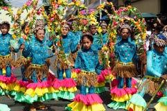 一个小组狂欢节舞蹈家以各种各样的服装在沿街道的欢欣跳舞 免版税库存照片