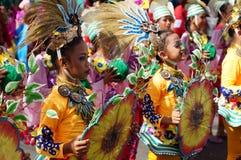 一个小组狂欢节舞蹈家以各种各样的服装在沿街道的欢欣跳舞 库存图片