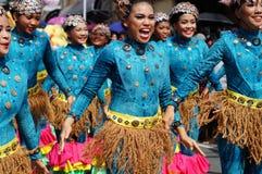 一个小组狂欢节舞蹈家以各种各样的服装在沿路的欢欣跳舞 免版税库存图片