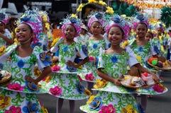 一个小组狂欢节舞蹈家以各种各样的服装在沿路的欢欣跳舞 免版税图库摄影