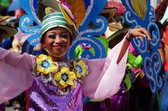 一个小组狂欢节舞蹈家以各种各样的服装在沿路的欢欣跳舞 库存图片