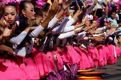 一个小组狂欢节舞蹈家以各种各样的服装在沿路的欢欣跳舞 库存照片