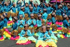 一个小组狂欢节舞蹈家以各种各样的服装在沿路的欢欣跳舞 免版税库存照片