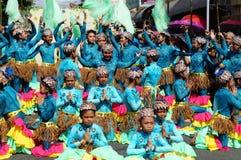 一个小组狂欢节舞蹈家以各种各样的服装沿路跳舞 免版税库存图片