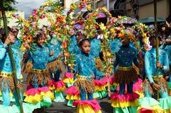 一个小组狂欢节舞蹈家以各种各样的服装沿路跳舞 库存图片