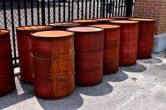 一个小组生锈的化工桶 库存照片