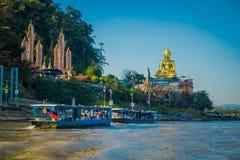 一个小组的出色的意见参观在游船金黄budha的游人位于金黄三角老挝与 免版税库存图片