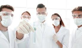 一个小组的特写镜头医护人员与液体一起使用 库存图片