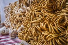 一个小组的特写镜头在街道销售的不同的油炸圈饼与bur 库存图片