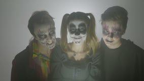 一个小组的画象三个蛇神笑疯狂在去的一个有雾的晚上计划在万圣夜天吓唬人- 股票视频