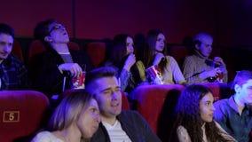 一个小组的画象戏院的年轻人 股票视频