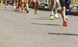 一个小组的细节在城市马拉松期间的赛跑者 图库摄影