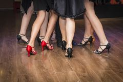一个小组的腿年轻舞蹈家 免版税库存图片