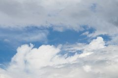 一个小组蓬松白色云彩和多云天空 免版税库存照片