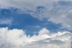 一个小组蓬松白色云彩和多云天空 库存图片