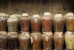 一个小组被密封的陶瓷啤酒桶,存放在啤酒工厂在周庄水镇,中国 库存照片