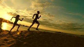 一个小组运动员-两个女孩和人出逃山,靠近河在黄昏 股票视频
