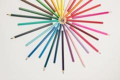 一个小组铅笔在一个圈子的彩虹颜色折叠了在whi 免版税库存图片