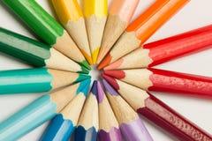 一个小组铅笔在一个圈子的彩虹颜色折叠了在whi 图库摄影
