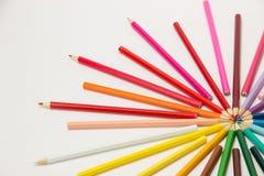 一个小组铅笔在一个圈子的彩虹颜色折叠了在whi 免版税图库摄影