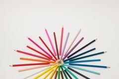 一个小组铅笔在一个圈子的彩虹颜色折叠了在whi 库存照片