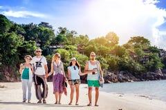 一个小组青年人朋友30年在海滩, happ走 免版税库存照片