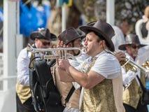 一个小组音乐家参加Adloyada狂欢节在纳哈里亚,以色列 库存照片